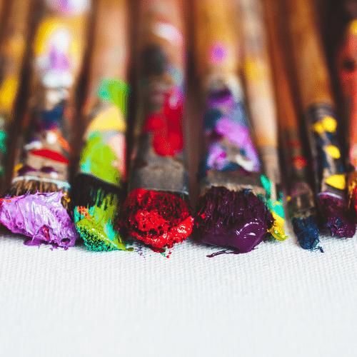 pinceles con colores, representando los artistas